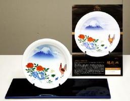 深川製磁が発売した「霊峰富士に錦闘鶏文様」の縁起皿