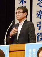 自民党の山下雄平候補の応援演説をした河野太郎外相=佐賀市文化会館