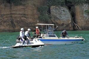 遊漁船で釣りを楽しむ人に安全航行と事故防止を呼びかけるシーバード隊員=伊万里市の伊万里湾内