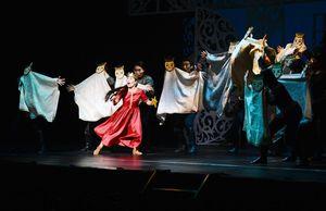 王女エリサ(中央)を取り囲む王子たち=唐津市西城内の唐津市民会館