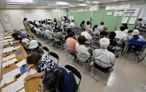 大阪府高槻市で始まった罹災証明書の早期発行手続き=25日午前