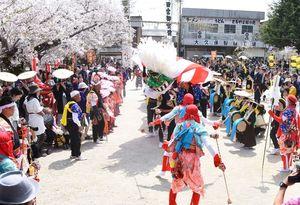 「おのぼり」の出発を前に舞を披露した太神楽=神埼市神埼町の下の宮