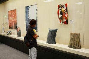 会場に並んだ大型の工芸作品に見入る来場者=唐津市近代図書館