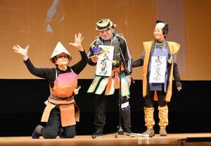 武将としてリーダーシップを発揮する茂安の物語を演じる学生たち=佐賀市文化会館
