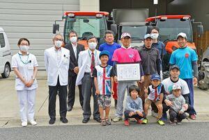 佐賀県医療センター好生館の桐野髙明理事長(左から4人目)から感謝状を受け取ったJAさが中部地区嘉瀬青年部のメンバーら=佐賀市の同館