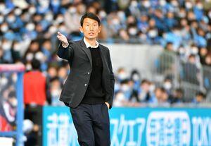 今季のリーグ開幕戦・FC東京戦で、選手に指示を出すサガン鳥栖の金明輝監督=2月22日、川崎市の等々力陸上競技場