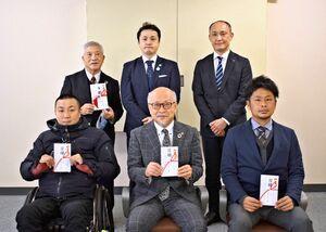 助成を受けた3団体の代表者(前列)と基金の関係者=佐賀市の佐賀新聞社