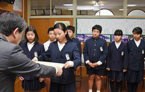 表彰を受ける脊振小の児童たち=神埼市の同校