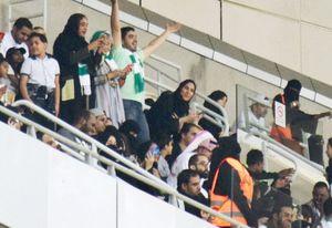 12日、サウジアラビア西部ジッダの競技場でサッカーを観戦する女性ら(共同)