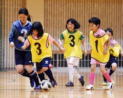 ミニゲームを楽しむスクール生たち=神埼市の神埼高