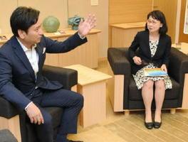 山口知事(左)を表敬訪問し、語りあうNPO法人難民を助ける会の長理事長=佐賀県庁