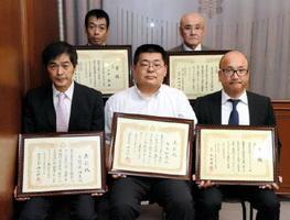 優秀勤労障害者の表彰を受けた大宅和徳さん(前列中央)ら=佐賀県庁