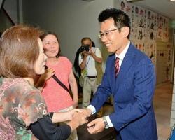 落選が決まり、集まった支持者と握手を交わす中村哲治さん=10日午後8時55分、佐賀市神野東の事務所