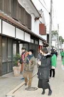 発信体験イベントで撮影スポットを探す参加者たち=佐賀市柳町