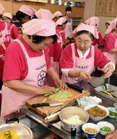キャベツとノリでいろんな野菜を巻く「キャベツ巻き」を作る参加者=武雄市の朝日町公民館