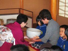 唐津焼の大茶碗で新年の一服=茶苑海月