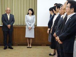 就任式で笑みを浮かべる(左から)坂本洋介、小林万里子両副知事=佐賀県庁