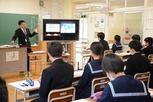 東日本大震災に関する記事や動画を見て、身近な人に感謝を伝える大切さを学ぶ生徒たち=唐津市の肥前中