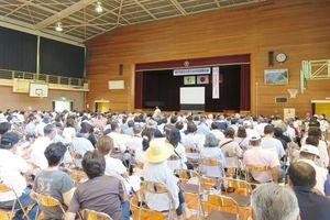 住民約400人が参加し、小学校体育館に避難した