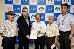 江里口秀次市長(左から2人目)に提言書を提出した小城郷土史研究会の眞子雅充会長(中央)ら=小城市役所