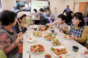 コロッケやスープなどビゼンクラゲを使った料理を作り、試食する参加者たち=鹿島市の海道しるべ