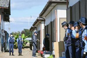 家畜盗難に関与したとみられるベトナム人らがいた建物を家宅捜索した捜査員ら=26日午前、群馬県太田市