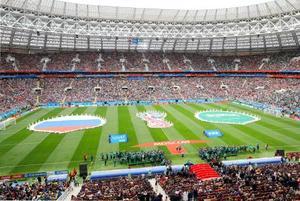 ルジニキ競技場に広げられた、開幕戦で対戦するロシアとサウジアラビアの国旗=14日、モスクワ(共同)