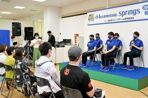 来季の目標、好きな食べ物などを笑顔で話した久光スプリングスの選手たち=佐賀市のモラージュ佐賀