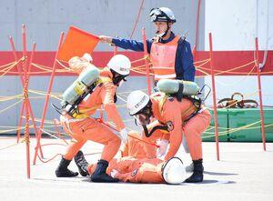 要救助者の救出にあたる隊員=佐賀市兵庫町の県消防学校