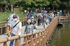 4連休の最終日、訪れた人たちでにぎわう東京・井の頭公園=22日
