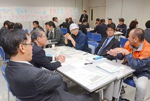 SNSやスマートフォンの利用対策について意見を交わす杵島郡PTA連合会のメンバーら=11月15日、杵島郡白石町