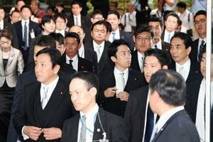 新閣僚に決まり、皇居での認証式に向かう小泉進次郎氏(中央)、萩生田光一氏(その右奥)ら=11日午後、首相官邸