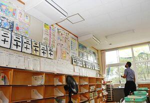 エアコン本体が設置された教室。設備工事などを経て12月稼働予定で、今夏は大型扇風機が置かれた=唐津市の佐志小