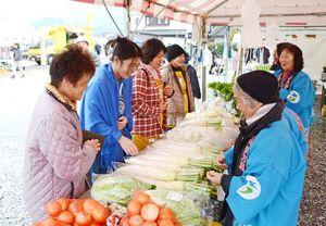 農産物の即売などでにぎわった食と農業まつり=有田町