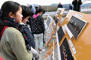 南波多小6年生が文字を書いた橋銘板が完成してお披露目された=伊万里市南波多町