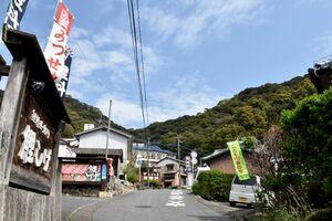 清水の滝に通じる県道沿いにあるコイ料理店=小城市小城町