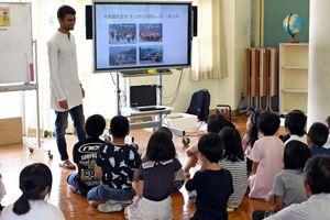 インドの文化や行事を児童たちに説明するサガールさん=唐津市の厳木小