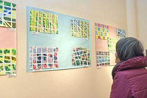 セロハンテープで模様を作り、自由に色を重ねた作品=佐賀市天神の佐賀新聞ギャラリー