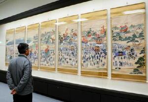 唐津くんちに沸く1600人の人たちと曳山を描いた「唐津神祭行列図」=唐津市近代図書館美術ホール
