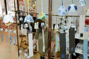 さまざまな形やデザインの風鈴が並ぶ「有田ふうりん展」=有田町幸平の有田館