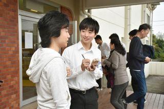 高校生、1票の重み実感 投票所で有権者を取材