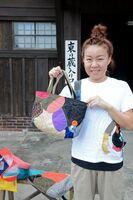 自由に色柄を組み合わせた作品を手にするチキチキの坪上佳子さん=佐賀市の旧枝梅酒造