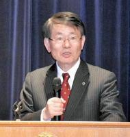 講演で改革の現状などを語った久保千春・九州大学総長=唐津シーサイドホテル