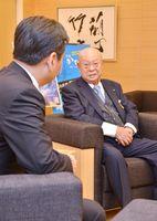 奨学金事業の開始に当たり、山口祥義知事を表敬訪問した江上幸隆理事長(右)=佐賀県庁