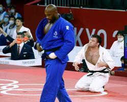 混合団体決勝男子90キロ超級 延長の末、フランスのテディ・リネール(手前)に技ありを奪われ敗れたウルフ・アロン=日本武道館