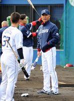 時折笑顔を見せながら、選手に声をかける辻発彦監督(右)=宮崎県日南市の南郷スタジアム
