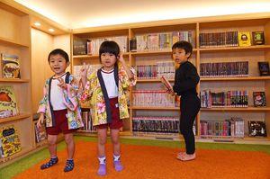 天井が低く作られた「ひみつのへや」。恐竜やおばけなど子供の興味を引く本が並ぶ=武雄市こども図書館