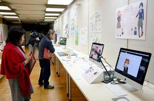 1年間の成果を披露する生徒の作品に見入る来場者=有田町の県立九州陶磁文化館
