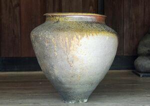 灰が自然釉薬になった大つぼ