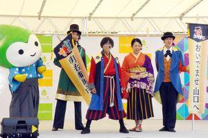 歌やダンスを披露した「やまぐち奇兵隊」=佐賀市の県立図書館南広場